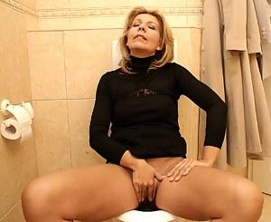 Free MILF Toilet Porn Pictures
