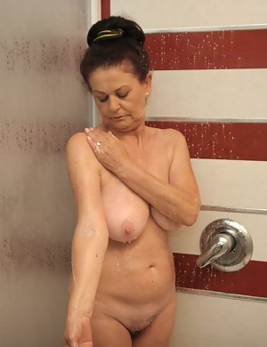 Free Wet MILF Porn Pictures